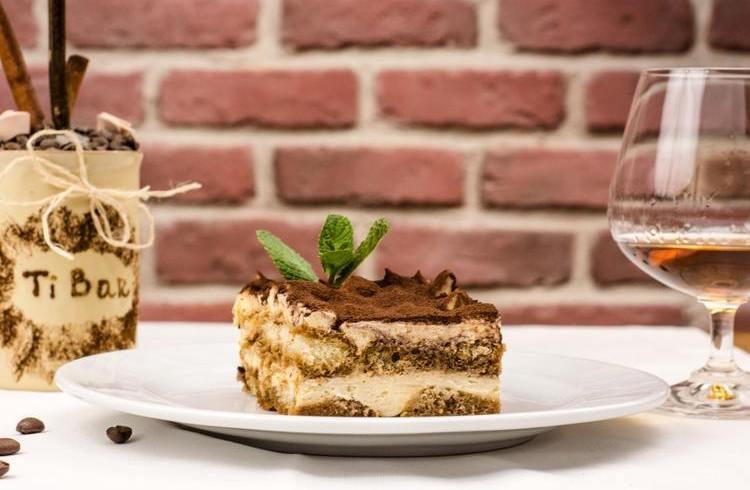 Tiramisu - skąd pochodzi kawowy deser i jak przygotować go w domu?